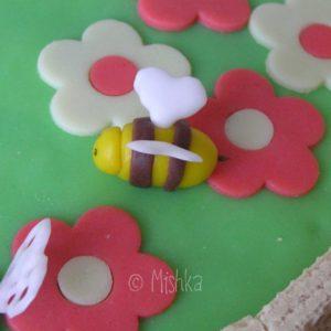 Dort - Zahrádka se sušenkami, detail včely se žihadlem