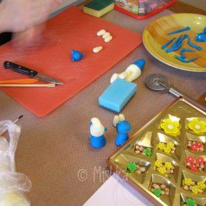 Výroba šmoulů na dort