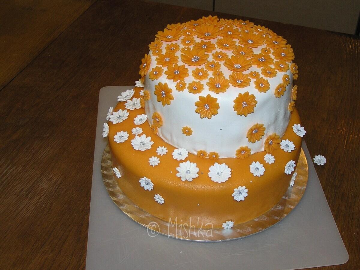 Oranžový svatební dort s kytičkami