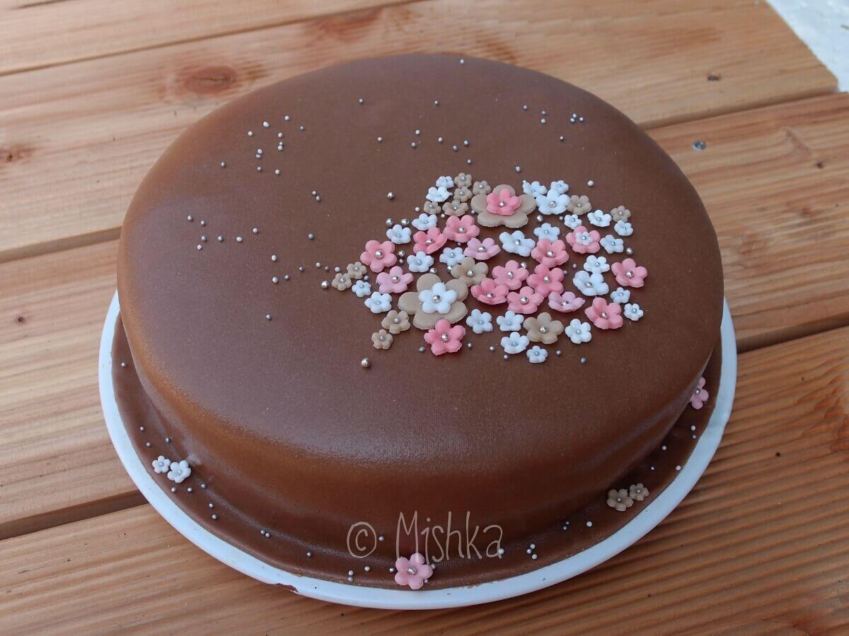 Decentní dort s květinovou ozdobou