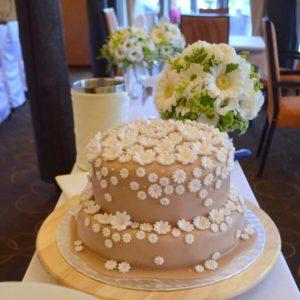 Dort na svatebním stole