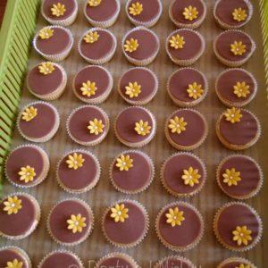 Hnědé cupcakes s kytičkou