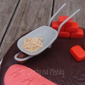 Kolečka a cihly na dortu